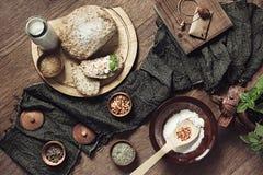 Empane hecho en casa con los ingredientes, las especias y la albahaca verde en fondo de madera imagenes de archivo