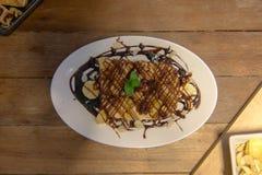 Empane la tostada rematada con el chocolate, plátano, almendras Imágenes de archivo libres de regalías