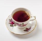 Empapamiento de té en taza Fotografía de archivo
