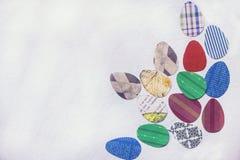 Empapele los huevos de Pascua coloreados mienten en el Libro Blanco, en la esquina inferior derecha Imagen de archivo
