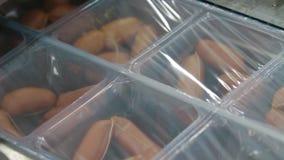 Empaquetamiento al vacío de la industria de la carne de salchichas almacen de metraje de vídeo