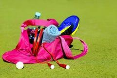 Empaquete con el equipo de deportes en el fondo de las cortes de los deportes Foto de archivo