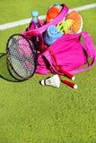Empaquete con el equipo de deportes en el fondo de las cortes de los deportes Fotografía de archivo libre de regalías