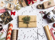 Empaquete el papel de embalaje de empaquetado de la Navidad del Año Nuevo de la caja de regalo de la Navidad Imagen de archivo libre de regalías