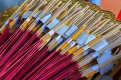 Empaquete la adoración, paquete de cierre de la adoración del palillo, de la vela y de oro de la hoja del incienso para arriba Fotos de archivo