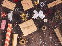 Empaquetez le papier d'emballage d'emballage de Noël de nouvelle année de boîte-cadeau de Noël, Photo libre de droits