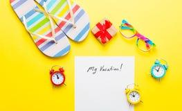 Empaquetez mes vacances, cadeau, verres, réveils et sandales Images libres de droits