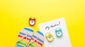 Empaquetez mes vacances, réveils et sandales Images libres de droits