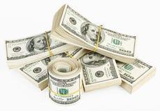 On empaquettent et rouleau des USA 100 dollars de billets de banque Image stock