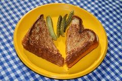Emparedado asado a la parilla del queso con las salmueras Foto de archivo libre de regalías