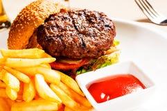 Emparedado clásico de la hamburguesa Imagen de archivo