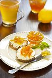 Emparedado con el atasco del queso y de la fruta cítrica Foto de archivo