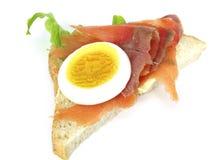Emparedado con el huevo y los salmones Fotos de archivo