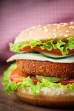 Emparedado de la hamburguesa del pollo frito o de los pescados Foto de archivo libre de regalías