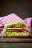 Emparedado de la hamburguesa del pollo frito o de los pescados Imagenes de archivo
