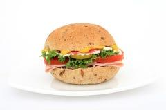 Emparedado del bollo de la hamburguesa en una placa Fotos de archivo libres de regalías