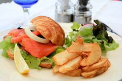 Emparedado del Croissant de los salmones ahumados Imagenes de archivo