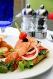 Emparedado del Croissant de los salmones ahumados Fotos de archivo