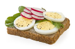 Emparedado del huevo del pan del trigo integral aislado en blanco Imagen de archivo