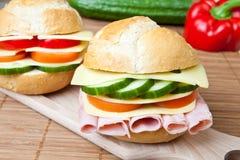 Emparedado delicioso del jamón, del queso y de la ensalada imagen de archivo