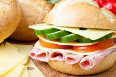 Emparedado delicioso del jamón, del queso y de la ensalada fotos de archivo libres de regalías