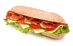 Emparedado picante del salami del tienda de delicatessen-estilo aislado en blanco Foto de archivo