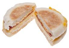 Emparedado rebanado del desayuno del tocino, del huevo y del queso Fotografía de archivo