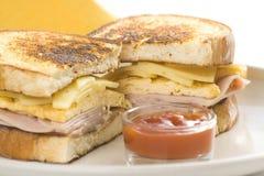 Emparedado sabroso de la tortilla de huevos del jamón y del queso Foto de archivo libre de regalías