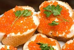 Emparedados con el caviar rojo. Fotos de archivo