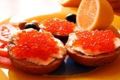 Emparedados con el caviar rojo fotografía de archivo