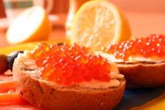 Emparedados con el caviar rojo con el limón imagen de archivo libre de regalías