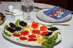 Emparedados con el caviar rojo y negro Imágenes de archivo libres de regalías