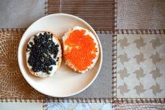 Emparedados con el caviar rojo y negro Fotos de archivo libres de regalías