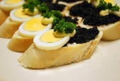 Emparedados con el huevo y el caviar Foto de archivo