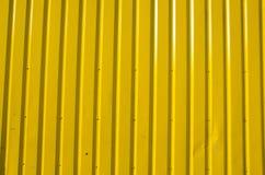 Emparede hecho de tablones de madera amarillos. Imagen de archivo