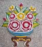 Emparede la escultura de una flor. Imágenes de archivo libres de regalías