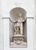 Emparede la estatua de la iglesia cruzada santa en Rzeszow, Polonia Imagenes de archivo
