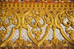 Emparede la talla de arte con el vitral en el templo Imágenes de archivo libres de regalías