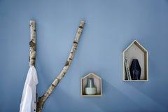 Emparede las casas del guardarropa y del pájaro de la rama del abedul de la decoración Imagen de archivo