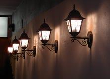 Emparede las luces en una calle en Tallinn Fotos de archivo libres de regalías