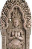 Emparede los grabados/alivio de los bailarines del devi del templo en Angkor Wat en Camboya aisló en los fondos blancos, decoraci imágenes de archivo libres de regalías
