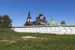 Emparede y las iglesias del monasterio femenino de Voskresensky Goritsky en la región de Vologda imagenes de archivo