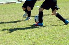 Emparejamiento de fútbol de los cabritos Fotografía de archivo libre de regalías