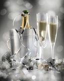 Empareje el vidrio de champán con la botella en envase del metal Año Nuevo Imagenes de archivo