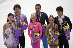 Emparelha medallists-ISU Prix grande da figura patinagem imagem de stock royalty free