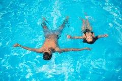 Emparelhe a flutuação na superfície na piscina na água de turquesa em férias de verão Imagens de Stock