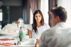 Empathetic emocjonalna kobieta słucha o złej wiadomości, problemy Smutny kobiety uczucie nieobecny i zainteresowany Wątpić wierno obraz stock