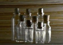 Empaty-Flaschen auf hölzernem Hintergrund Lizenzfreie Stockfotografie