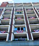 Empavesado blanco y azul rojo en balcones Imágenes de archivo libres de regalías