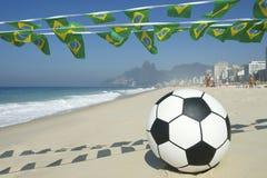 Empavesado de la bandera y playa brasileños Rio Brazil de Ipanema del fútbol Fotografía de archivo